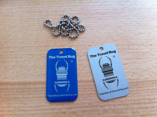 Travel Bug mit QR-Code<br><b>blau & *glow in the dark*</b>