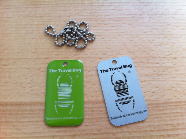 Travel Bug mit QR-Code<br><b>grün & *glow in the dark*</b>